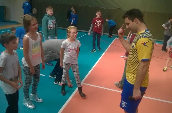 Spotkanie uczniów SP1 z mistrzami footbagu